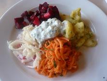 Salatteller met kruidenkwark